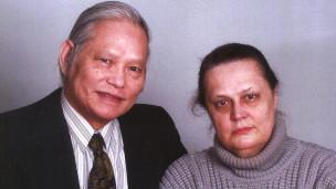 Ông Cần và vợ, bà Inna