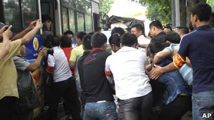 Công an cưỡng bức người biểu tình lên xe bus