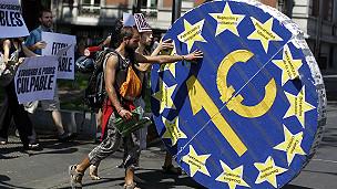 Manifestación con euro enorme