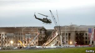 Helicóptero sobrevoa o Pentágono após ataque.
