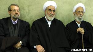 محمد محمدی گلپایگانی (وسط)