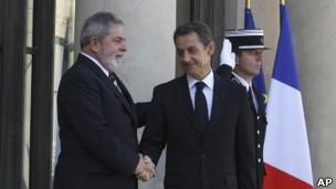 Lula e Sarkozy, em Paris. AP