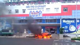 Đốt xe trước cửa siêu thị ở Vũng Tàu
