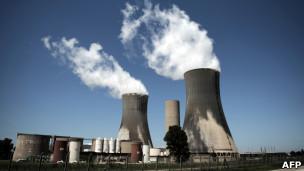 Levantamento em 23 países mostra crescente oposição à construção de novas usinas. Usina nuclear na França, em foto de arquivo (AFP)