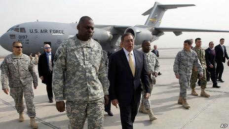 Bộ trưởng Quốc phòng Leon Panetta cùng Tư lệnh quân Mỹ tại Iraq, Tướng Lloyd Austin ở Baghdad 15/12/2011