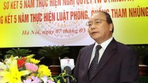 Phó Thủ tướng Nguyễn Xuân Phúc đọc báo cáo của Ban chỉ đạo chống tham nhũng