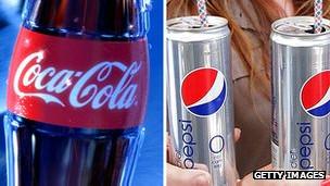 Botellas de Coca-Cola y latas de Pepsi