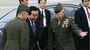 Thủ tướng Nhật Yoshihiko Nota và sĩ quan Mỹ tại Nhật Bản