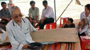 Ông Nguyễn Xong đau buồn sau cái chết của con (ảnh VietNamNet)