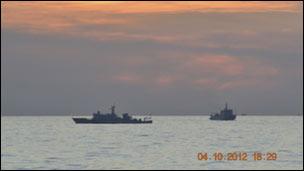 Hai tàu hải giám TQ đang đối đầu với tàu chiến Philippines