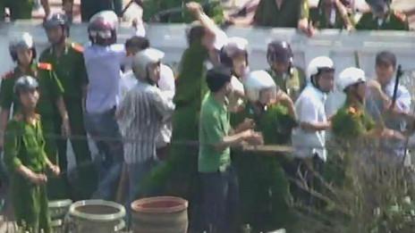 Công an tràn vào truy bắ̃t và vây đánh dân làng tại xã Xuân Quan