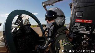Piloto se prepara para voar em operação na fronteira (foto: Ministério da Defesa)
