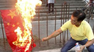 Người Philippines đốt cờ Trung Quốc trong một cuộc biểu tình