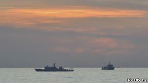 Tàu Trung Quốc ở bãi cạn Scarborough hôm 10/4/2012