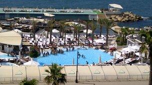 Bể bơi khách sạn trở thành địa điểm phổ biến để người ta tụ họp và tránh những căng thẳng