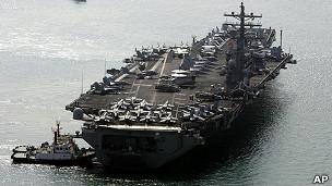 Portaaviones USS Ronald Reagan en el puerto de Busán, Corea del Sur
