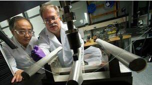 Cientistas da Corning atuam na produção do Gorilla Glass 2 (BBC)