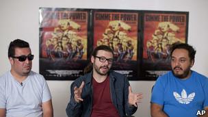 Olallo Rubio, director de Gimme the Power, junto a los integrantes de Molotov, Paco Ayala y Micky Huidobro.