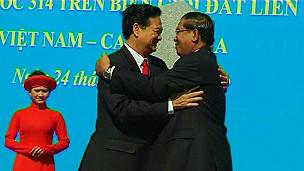 Thủ tướng Việt Nam Nguyễn Tấn Dũng (tri) v Thủ tướng Campuchia Hunsen khai trương cột mốc 314