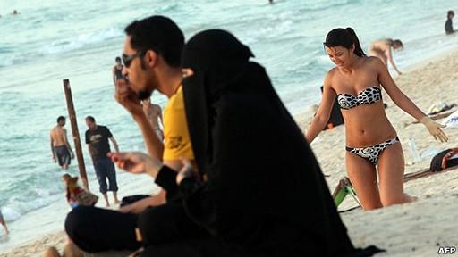 Mujeres en la playa en Dubai