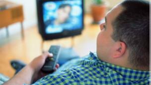 Hombre mirando TV