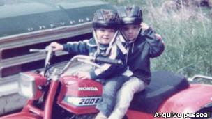 Steve e seu irmão, na infância