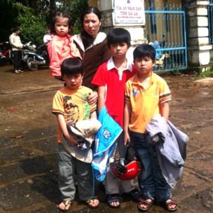 Bà mục sư Nguyễn Công Chính cùng bốn con