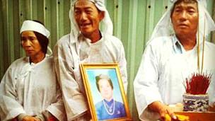 Người thân của bà Tần trong đám tang