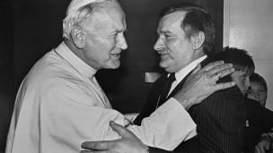Giáo hoàng John Paul II ôm hôn Lech Walesa ngày 11/6/1987 khi thăm Gdansk, nơi khai sinh Công đoàn Đoàn kết