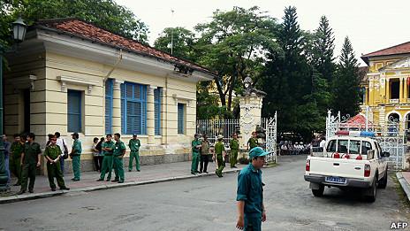Bên ngoài phiên xử ba blogger ở TP HCM