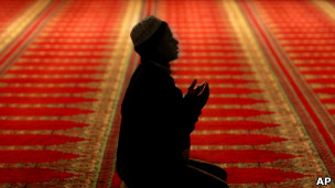 Muçulmano reza em mesquita. AP