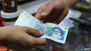 Un billete de 20.000 riales, cerca de US$0,70