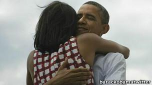 Barack obama abraça a mulher Michelle