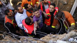 Equipes de resgate retiram homem de escombros de casa destruída em Gaza