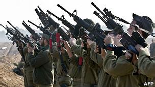 Soldados israelenses checam armamentos perto da fronteira com Gaza