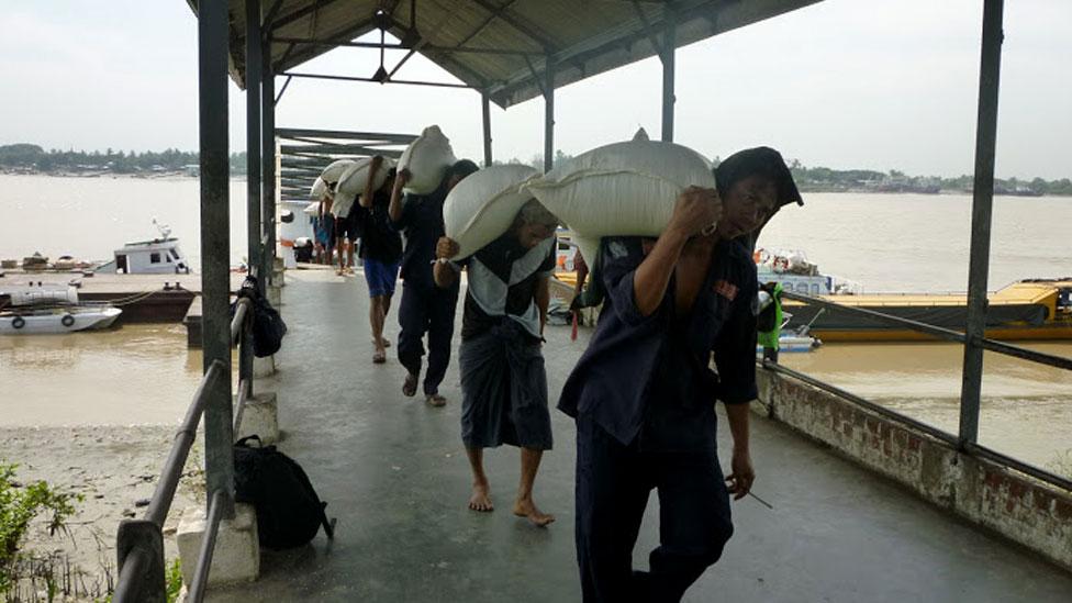 Người khuân vác tại cảng Rangoon