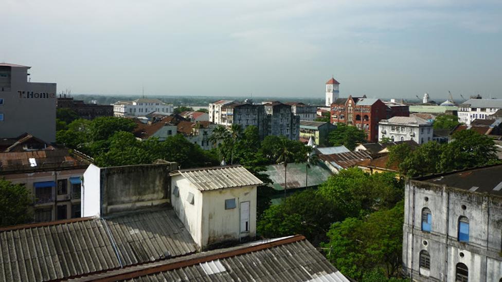 Nhìn từ Dala, một thị trấn phía bên kia thủ đô Rangoon