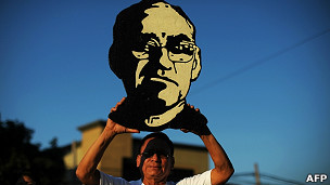 Hombre sostiene imagen del monseñor Arnulfo Romero