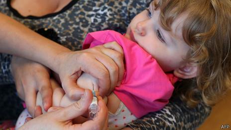 Vacunación a una niña