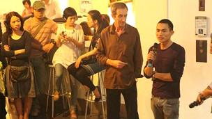 Nghệ sỹ Trần Trọng Linh (người cầm micro) tại triển lãm 'Thương Thuyết' trong năm ngoái
