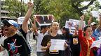 Người biểu tình hô khẩu hiệu ở khu vực Bờ Hồ hôm 2/6/2013