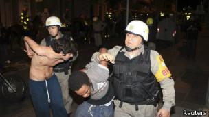 Policías detienen a dos jóvenes