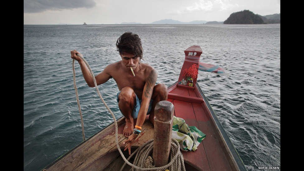 Un hombre se prepara para pescar