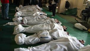 கெய்ரோவில் ஆர்ப்பாட்டங்களின்போது சுட்டுக் கொல்லப்பட்டவர்களின் சடலங்கள் பள்ளிவாசலுக்கு வெளியே அடுக்கி வைக்கப்பட்டுள்ளன