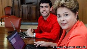 Dilma Rousseff durante encontro com Jéferson Monteiro, responsável pela sátira Dilma Bolada, no dia 27 de setembro