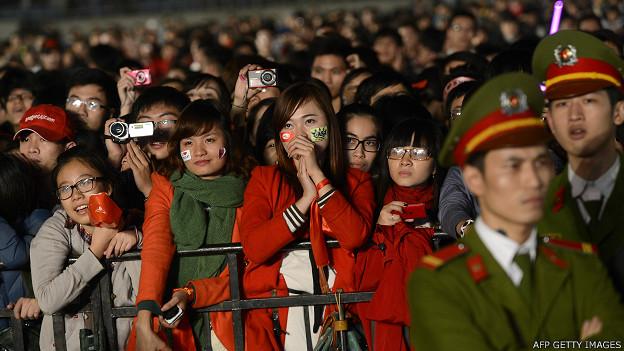 Khán giả xem buổi biểu diễn của ban nhạc Hàn Quốc K-pop tại Mỹ Đình hồi tháng 11 năm 2012
