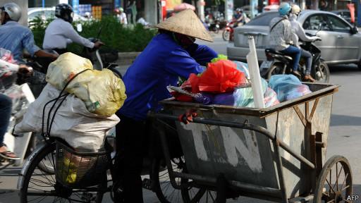 Một người làm nghề thu rác ở Việt Nam