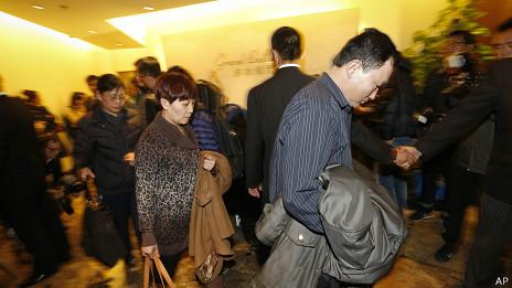 Familiares de pasajeros a bordo del vuelo desaparecido en Pekín
