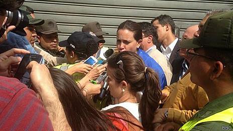 María Corina rodeada