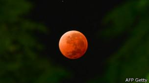 Luna roja desde Montevideo
